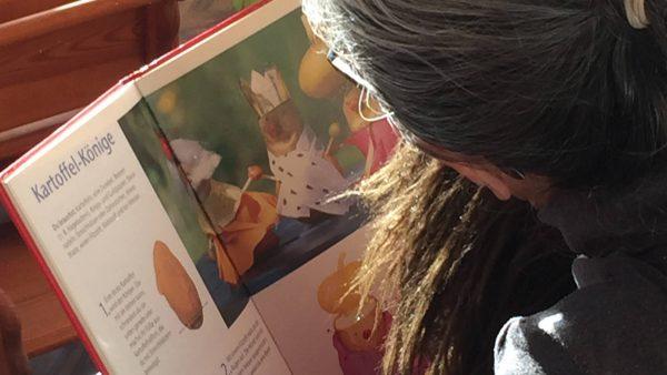 Portrait: Emanuela Franiek beim Lesen ~ Kindertagespflege Momela ~ Tagesmutter in Saarbrücken und Saarpfalz