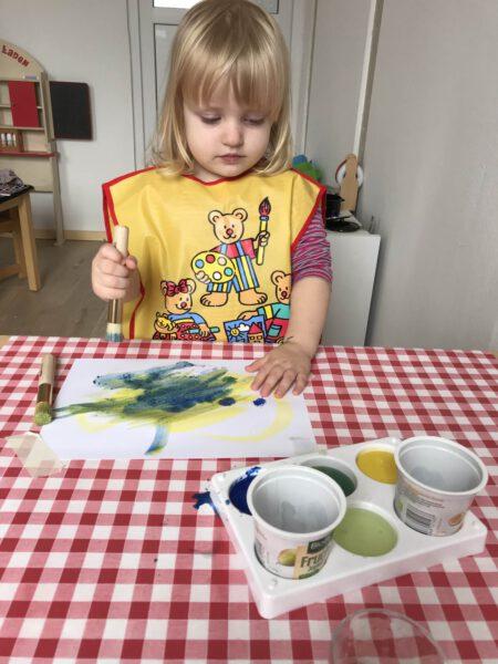Kind beim Malen ~ Kindertagespflege Momela ~ Tagesmutter in Saarbrücken und Saarpfalz
