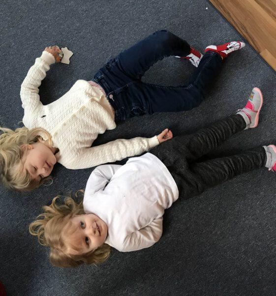 Kinder auf dem Teppichboden ~ Kindertagespflege Momela ~ Tagesmutter in Saarbrücken und Saarpfalz