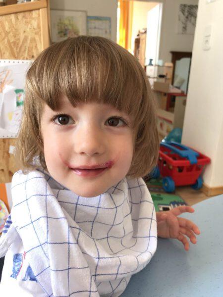 Kind mit Lätzchen ~ Kindertagespflege Momela ~ Tagesmutter in Saarbrücken und Saarpfalz