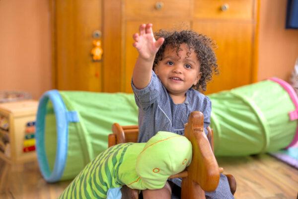 Leben bei Momela: Kind mit Spielzeug ~ Kindertagespflege Momela ~ Tagesmutter in Saarbrücken und Saarpfalz
